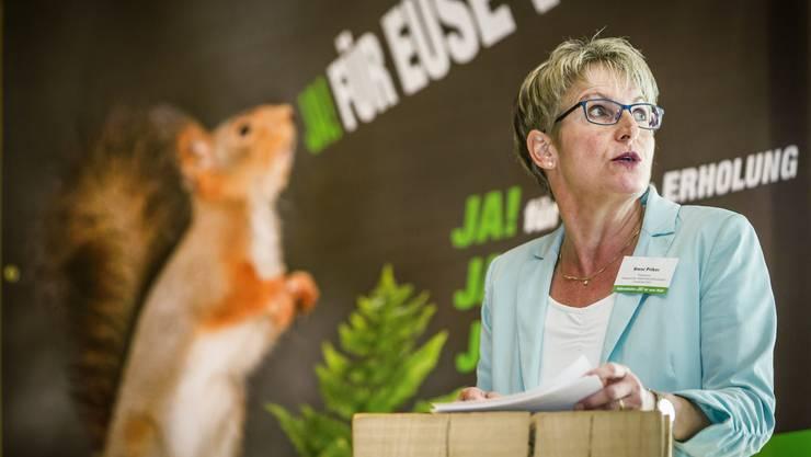 Sie warb für ein Ja, ihre Fraktion stimmte aber grossmehrheitlich Nein: Initiantin und SVP-Grossrätin Vreni Friker mit dem Markenzeichen des Volksbegehrens, einem Eichhörnchen