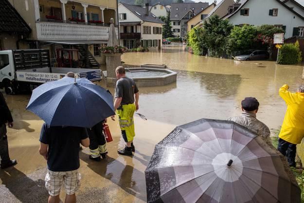 In Frenkendorf steht die Hauptstrasse im oberen Dorfteil unter Wasser. Die Feuerwehr kämpft mit Pumpen gegen den See, der sich im Bereich der Hauptstrasse, Schauenburgerstrasse und Prattlerstrasse gebildet hat.