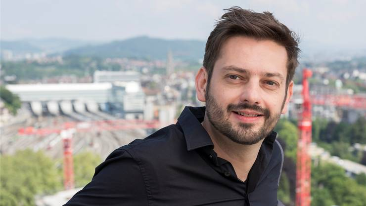 «In anonymen Spitalkantinen kann ich gut arbeiten»: Giuliano Musio (40) auf dem Panoramadeck des Berner Inselspitals.