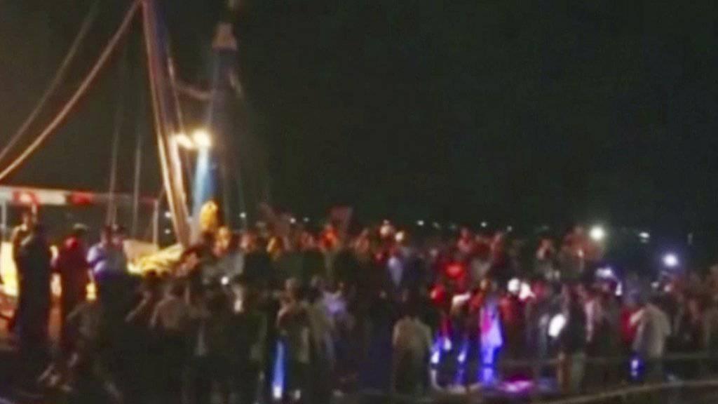 Rettungseinsatz am Flussufer: In Myanmar kollidieren ein Boot mit Hochzeitsgästen an Bord und ein Flusskahn in der Dunkelheit.