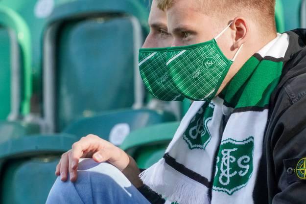 Masken wie hier bei Fans des FC St. Gallen gehören jetzt zur Fanausrüstung.