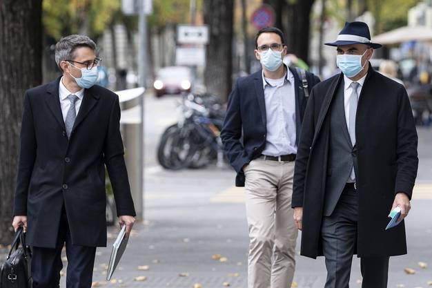 Vorbildlich mit Maske: GDK-Präsident Engelberger (links) und Bundesrat Berset auf dem Weg zur Medienkonferenz. Im Hintergrund Stefan Kuster vom Bundesamt für Gesundheit.