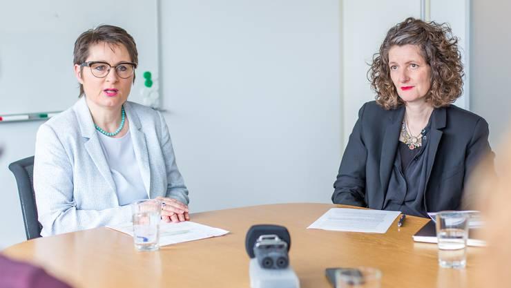 Sind sich uneinig, ob Flüchtlinge von Anfang integriert werden sollten: Franziska  Roth (links) und Lelia Hunziker beim Gespräch in einem Sitzungszimmer von Roths Departement Gesundheit und Soziales.