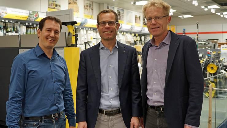 Die Beiden Otsparteipräsidenten Simon Burkart Wettingen (links) und Consuelo Senn Würenlos (rechts) und mittig Inhaber der Peterhans-HWZ-AG, Marc Peterhans