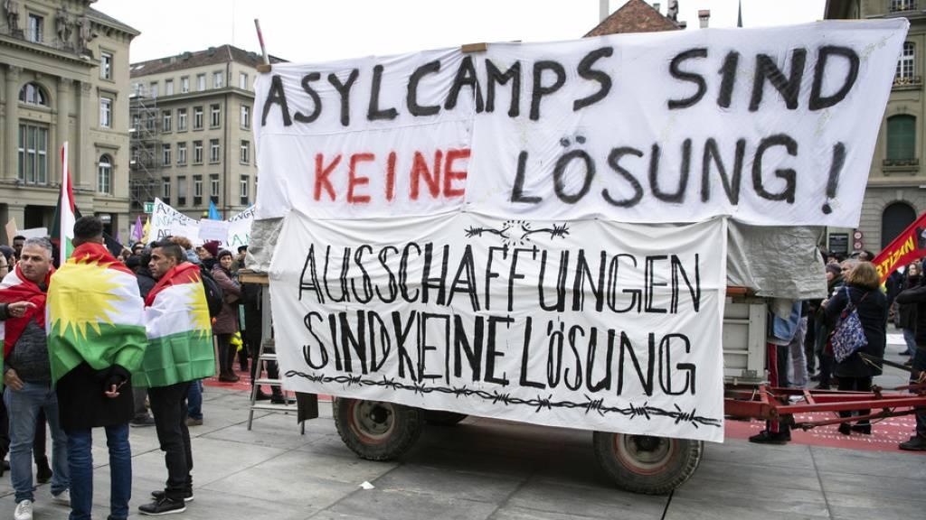 Flüchtlinge und Unterstützer demonstrieren «gegen Asylcamps»