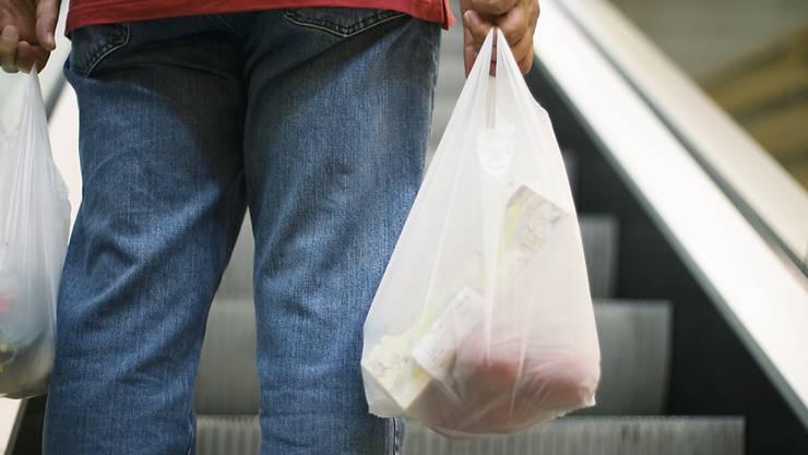 Solche Säcke sollen künftig im Laden nicht mehr abgegeben werden. Das hat die Detailhandelsbranche angekündigt.