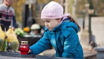 Bis sie etwa elf Jahre alt sind, kennen Kinder Trauergefühle, wie wir Erwachsene sie uns vorstellen, faktisch nicht.fotolia