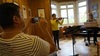 Violinenschülerin Anastacia Dash, begleitet am Piano von Elisabeth Kolar.