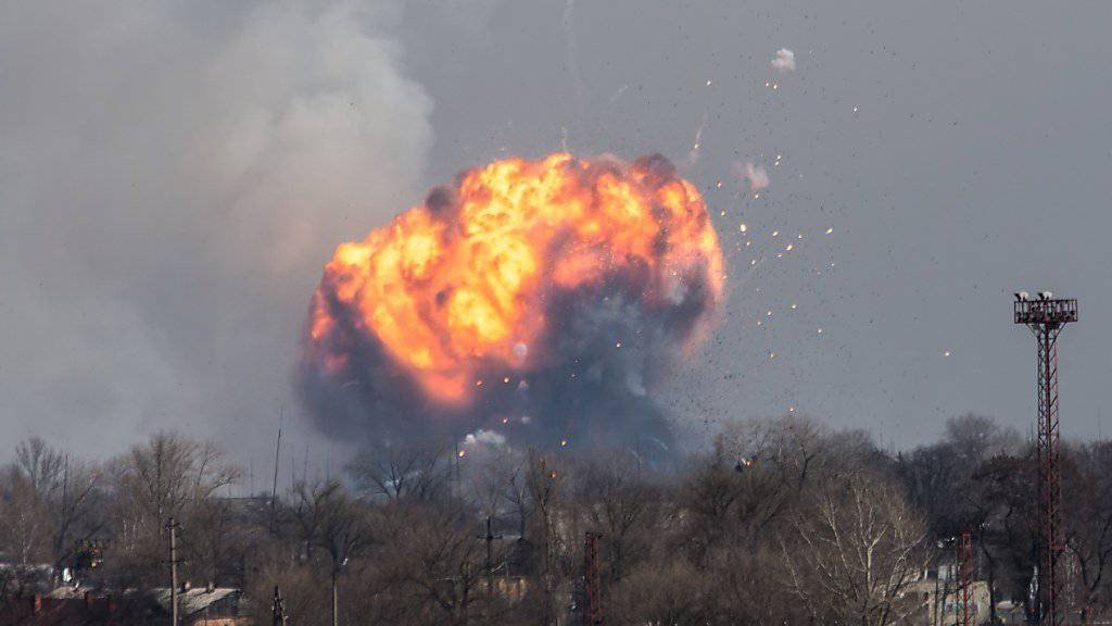 Riesige Feuerbälle über Balakija: Auch Stunden nach Ausbruch des Brandes explodiert noch immer Munition.