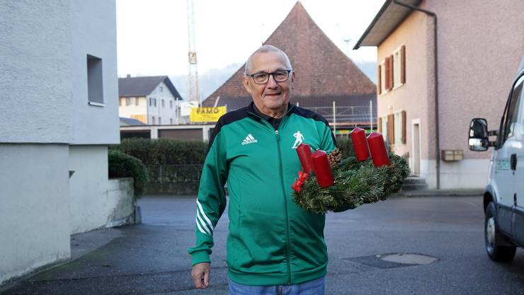 Heiri Steiner, der Vater der Aktion, bekommt inzwischen selbst einen Adventskranz.