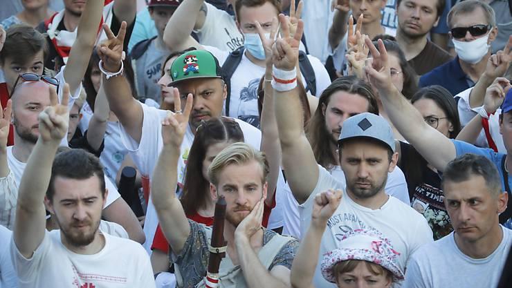 Teilnehmer und Teilnehmerinnen einer Demonstration zeigen das «Victory»-Zeichen. Seit der von Fälschungsvorwürfen überschatteten Präsidentenwahl vor gut einer Woche gibt es große Demonstrationen gegen Präsident Lukaschenko. Foto: Dmitri Lovetsky/AP/dpa