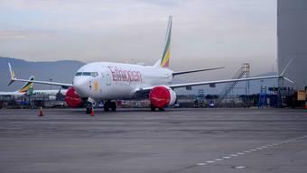 Eine Boeing 737 Max 8 der Ethiopian Airlines auf dem Flughafen in Addis Abeba. Nach dem Absturz einer Maschine diesen Typs empfiehlt Äthiopien die Überprüfung der umstrittenen Steuerungssoftware. (Archiv)