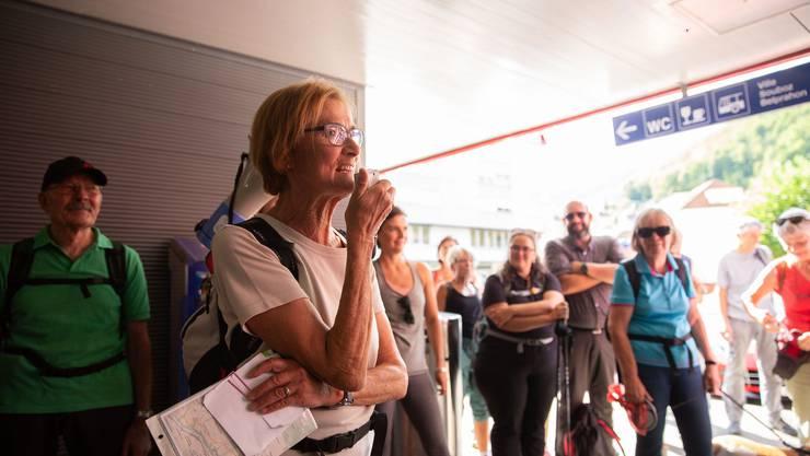 Wanderleiterin Susanne Im Hof begrüsst die Teilnehmerinnen und Teilnehmer in Moutier.
