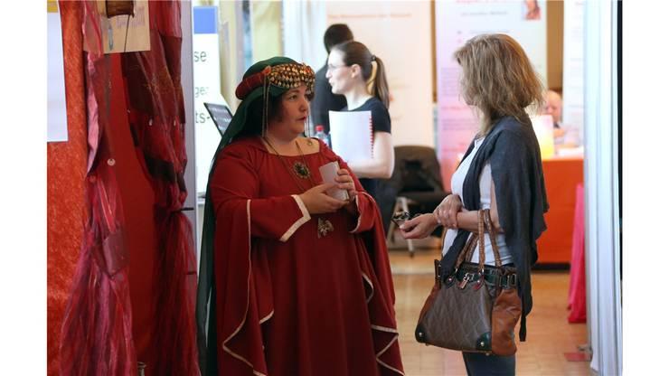 Kaffeesatz-Leserin Maharaa im Gespräch mit einer Messe-Besucherin.