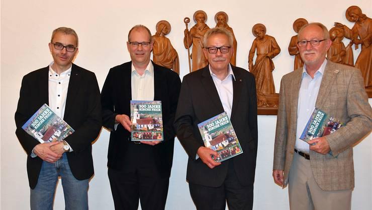 Die Arbeitsgruppe der Jubiläumsschrift hat sichtlich Freude am Ergebnis ihrer Arbeit (v.l.): Thomas Wehrli, Dr. Linus Hüsser, Heinz Schmid, Kurt Schmid. cbf
