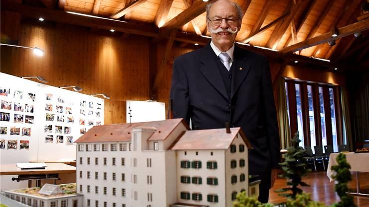Alt Gemeindepräsident Paul Studer hat sein selbst gebautes Modell der ehemaligen Seidenzwirnerei am Apéro ausgestellt.