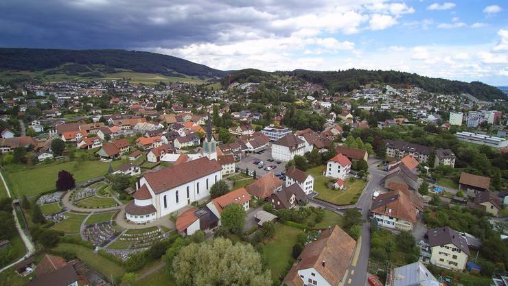 Blick auf den Dorfplatz von Erlinsbach SO.