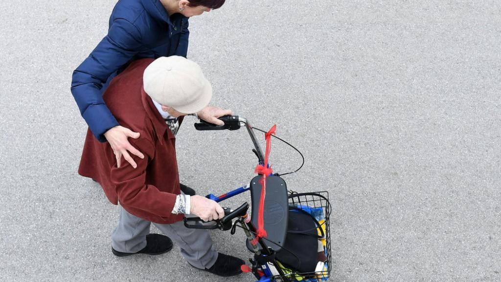 Fachkräftemangel in der Pflege: In Deutschland sollen Prämien etwa für Rückkehrer in den Beruf das Problem lindern. (Symbolbild)