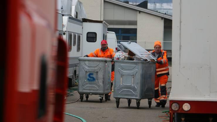 In Frick gibt es über 200 Kehricht-Containern, die von den Angestellten der Peter Pfister AG einmal pro Woche geleert werden müssen.