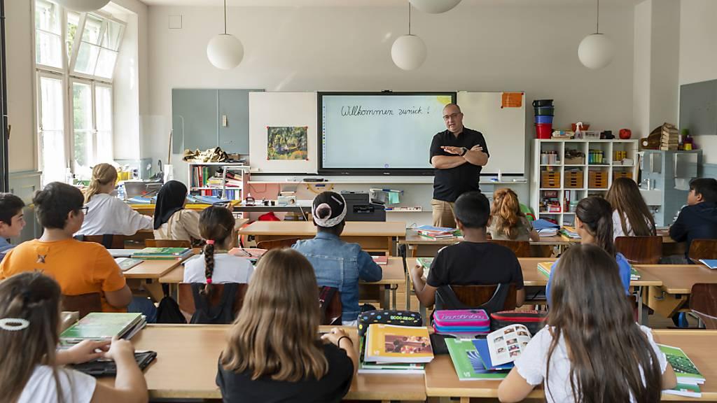 Schulbeginn in einer Primarklasse im Schulhaus in Neuenhof AG.