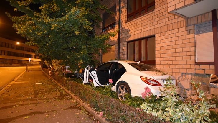 Der mutmassliche Lenker des Unfallfahrzeugs entfernte sich von der Unfallstelle und wird gesucht.