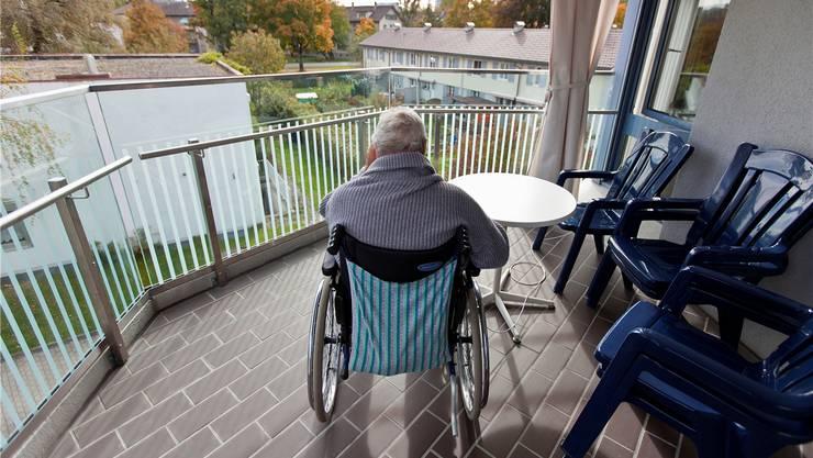 Wer in ein Pflegeheim will, muss heute in der Regel eine Akontozahlung von mehreren tausend Franken leisten.