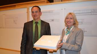 Im Verbund: Edith Halter und Jürg Rüttimann präsentierten das Modellprojekt und die Baupläne.  sl