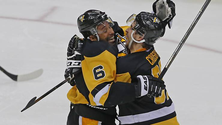 Pittsburghs Trevor Daley (links) und Sidney Crosby feiern den Overtime-Sieg über die Washington Capitals