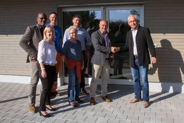 Architekt Rolf Rey (rechts) übergibt die Unterkunft an Vertreter der Gemeinde Eggenwil.