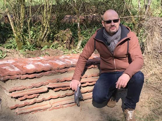 Thomas Wohldmann vor den neu geschichteten Ziegeln in einem Biotop in Eiken.