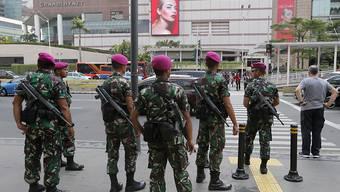Sicherheitskräfte patrouillieren in den Strassen Jakartas.