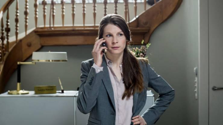 """Anna Schinz - hier in ihrer Rolle als Stefanie Pfenninger in """"Private Banking"""" - ist zum ersten Mal schwanger. (SRF)"""