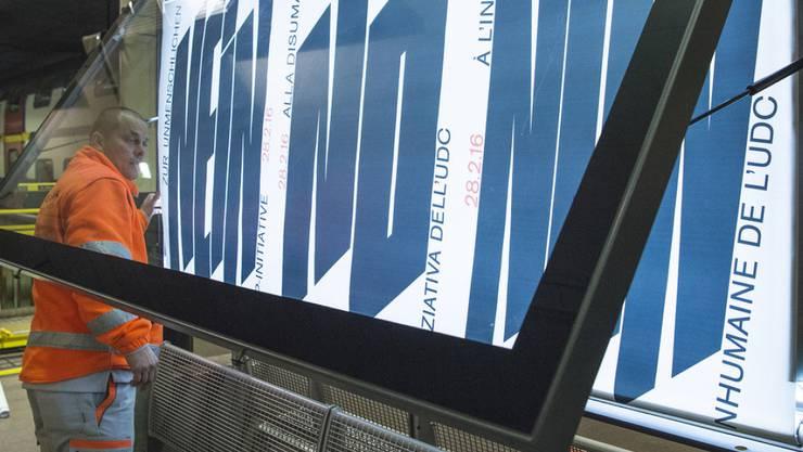 Die Plakate können abmontiert werden; die Gegner der Durchsetzungsinitiative haben mit ihrer Nein-Kampagne obsiegt. (Archiv)