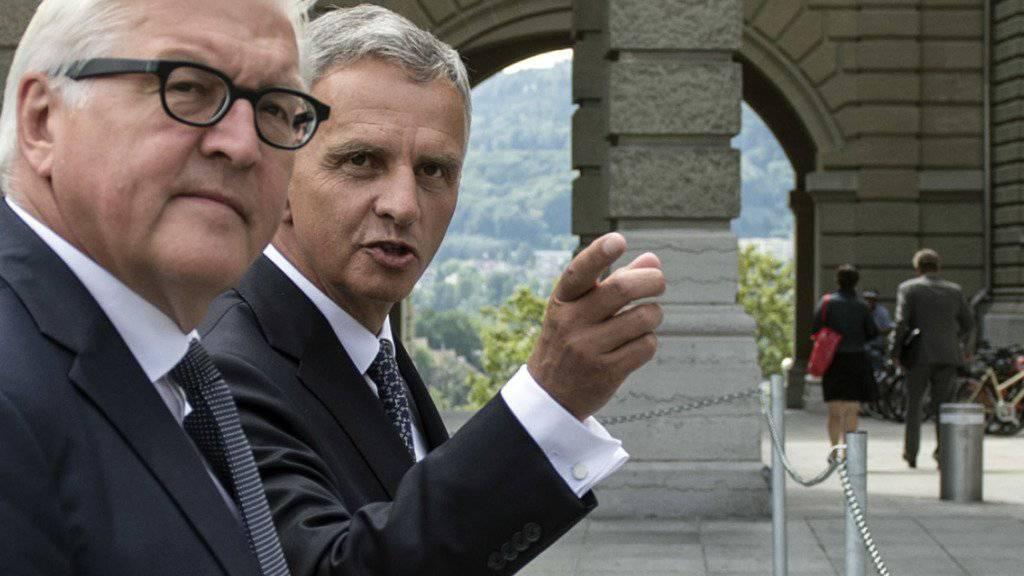 Unterstützt den von Bundesrat Didier Burkhalter (rechts) angezeigten Weg in den Verhandlungen mit der EU - aber nicht um jeden Preis: der deutsche Aussenminister Frank-Walter Steinmeier (links).