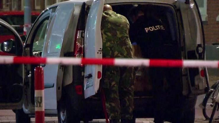 Niederländische Beamte durchsuchen nach einer Terrorwarnung in Rotterdam einen Lieferwagen.