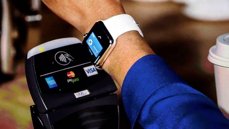 Mit der Apple Watch bezahlt: Das neue Bezahlsystem läuft auch auf der Uhr. Marcio Jose Sanchez/AP/Keystone