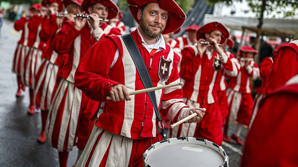 Das Winzerfest in Vevey, das nur alle rund zwanzig Jahre stattfindet, bricht bereits zur Halbzeit alle Besucherrekorde. Im Bild eine Tambour-Gruppe aus Basel, die am letzten Sonntag am Cortège in Vevey teilgenommen hat. (Archivbild)