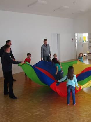 Väter und Kinder beim gemeinsamen Spielen.