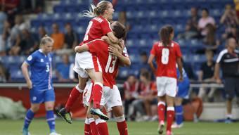 Lara Dickenmann freut sich mit ihren Teamkolleginnen über ihr Tor gegen Island.