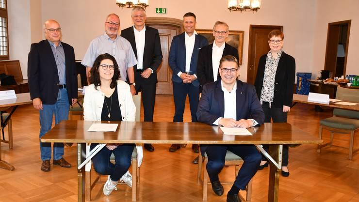 Vorne: Barbara Horlacher (Stadtammann Brugg) und Markus Schneider (Stadtammann Baden). Hinten von links: Thomas Eichenberger, Max Zeier, Stephan Burkart, Rolf Häner, Willi Däpp und Ruth Müri.