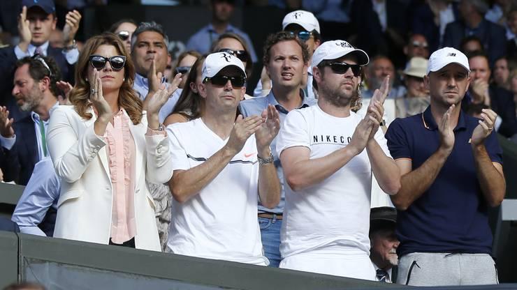 Klatschendes Betreuerteam Federers Frau Mirka, Physio Daniel Troxler und die Coaches Severin Lüthi und Ivan Ljubicic (von links).