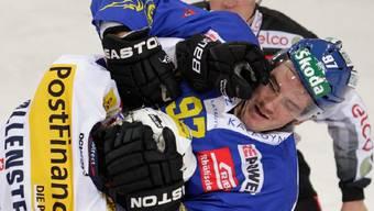 Der Davoser Mathias Joggi (r.) und der Klotener Denis Hollenstein lassen die Fäuste sprechen