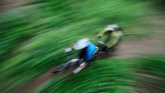 Ein 28-jähriger Mountainbiker ist am Samstagnachmittag 60 Meter eine Felswand hinuntergestürzt.