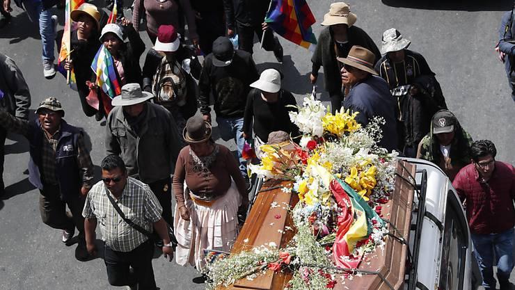 Tausende Menschen beteiligten sich in La Paz an der Gedenkveranstaltung für getötete Angehörige einer indigenen Gruppe.