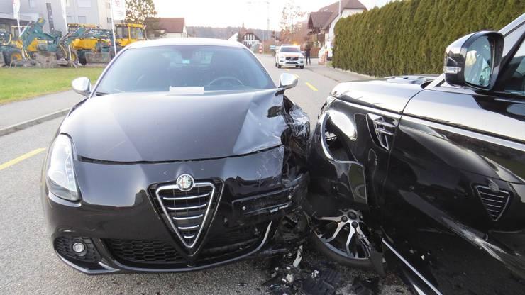 Holziken AG, 16. Januar: Auf der Hauptstrasse in Holziken geriet eine Autofahrerin auf die Gegenfahrbahn und prallte frontal in einen Land Rover. Der Sachschaden beträgt rund 30'000 Franken.