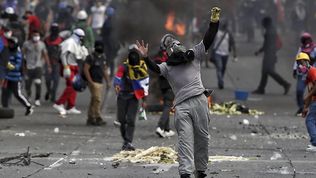 Demonstranten stoßen am Tag der kolumbianischen Unabhängigkeit mit der Polizei während eines Anti-Regierungs-Protestes in Cali zusammen. Foto: Andres Gonzalez/AP/dpa Foto: Andres Gonzalez/AP/dpa