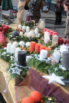 So sah es letztes Jahr aus: Adventskerzen, Engelsfiguren und zahlreiche weitere Dekorationen können sich die Besucher des Dietiker Weihnachtsmarktes gleich kaufen.
