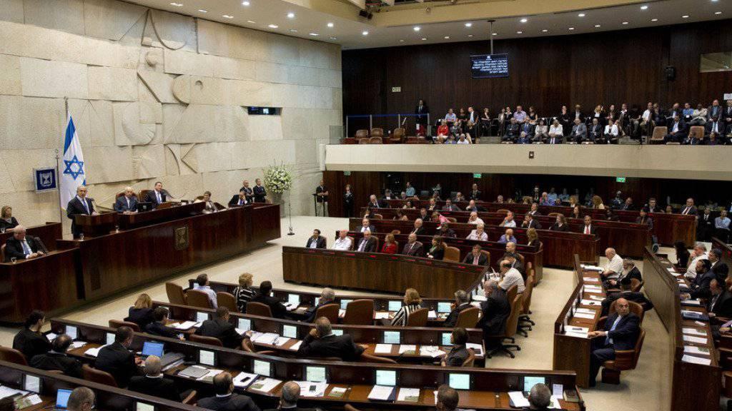 Das israelische Parlament, die Knesset, verabschiedete ein umstrittenes Gesetz, wonach Abgeordnete per Mehrheitsbeschluss aus der Kammer ausgeschlossen werden können. (Archiv)
