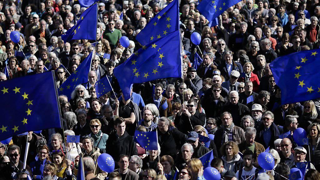 Viele EU-Flaggen bei der Demonstration in Berlin.