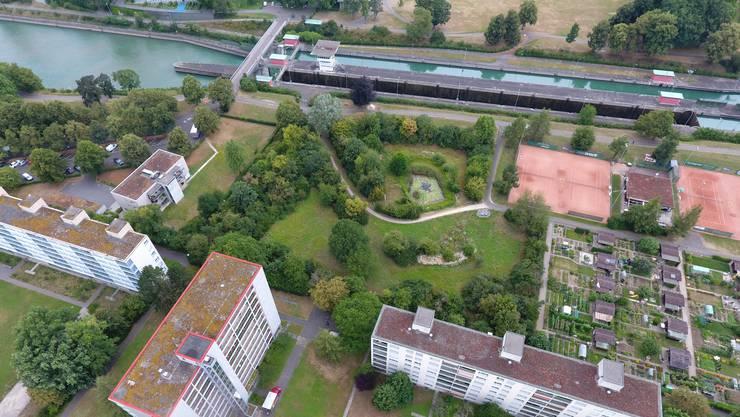 Ursprünglich für ein drittes Schleusenbecken gedacht, jetzt aber mit Tennisplätzen, Familiengärten und einem Biotop belegt: Die Birsfelder Kraftwerk-Parzelle.